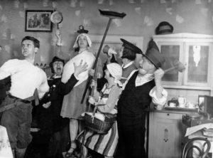 Bruno Apitz (2. v. l.) mit seiner Leipziger Agitprop-Truppe, 1930; Quelle: Privatbesitz Marlis Apitz, Berlin, Foto: o. Ang.