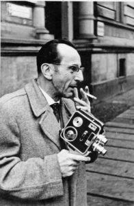 Bruno Apitz mit seiner Schmalfilmkamera Admira, 1959; Quelle: Privatbesitz Marlis Apitz