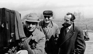 """Dreharbeiten zum Film """"Nackt unter Wölfen"""": Szenenbildner Günter Marczinkowsky, Regisseur Frank Beyer und Bruno Apitz (v. l. n. r.), 1962; Quelle: Privatbesitz Marlis Apitz, Foto: Pathenheimer"""