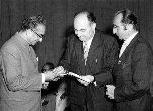 Stefan Heym (Mitte) und Bruno Apitz (rechts) als DDR-Schriftstellerdelegation in Indien, 1959; Quelle: Privatbesitz Marlis Apitz