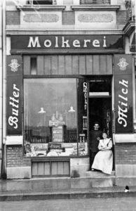 Molkereiwarengeschäft der Mutter, 1912 (Quelle: Privatbesitz Marlis Apitz, Foto: W. Ebert)