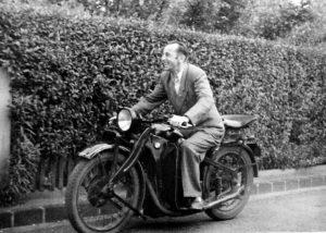 Bruno Apitz auf seinem Motorrad in Leipzig-Paunsdorf, um 1948/49 Quelle: Privatbesitz Marlis Apitz, Foto: Wolf
