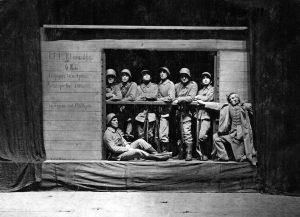 """Bruno Apitz (2. v. r.) in Ernst Tollers Drama """"Die Wandlung"""" am """"Alten Theater"""" in Leipzig, Mitte der 1920er Jahre (Quelle: Privatbesitz Marlis Apitz, Berlin, Foto: S. Genthe)"""