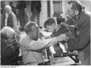 """Szene aus dem Film """"Nackt unter Wölfen"""" mit Erwin Geschonneck (links) und Bruno Apitz (rechts) in der Rolle des alten Mannes mit dem polnischen Jungen. Quelle: Bundesarchiv, Berlin, Bild 183-B0314-0010-001, Foto: Pathenheimer"""