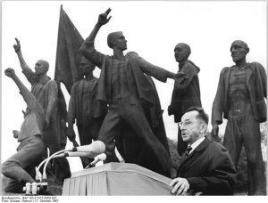 Bruno Apitz im Jahr 1967 auf einer Gedenkkundgebung in Buchenwald. Quelle: Bundesarchiv, Berlin, Bild 183-F1017-0202-001, Foto: Helmut Schaar
